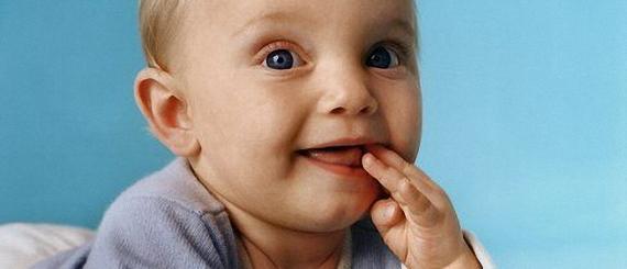 Если пятилетний ребенок, который утверждает, что он уже большой, но при этом сосет палец, то это не только выглядит не эстетично, но еще и сожжет навредить его зубам. Поскольку сосание пальца приводит нередко к тому, что формируется неправильный прикус или передние зубы выступают вперед.
