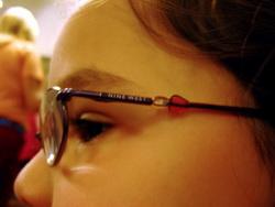 Что-то не в порядке со зрением — и мир вокруг становится бледным и расплывчатым. Но если доктор прописал очки, каким отдать предпочтение? А может, приобрести для крохи линзы?